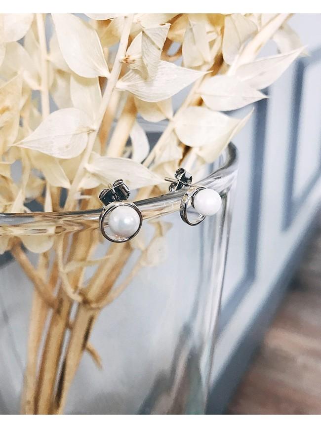 珍珠點綴小巧耳環